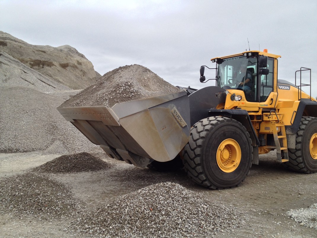 A L250G loading material in a quarry in a northern Washington