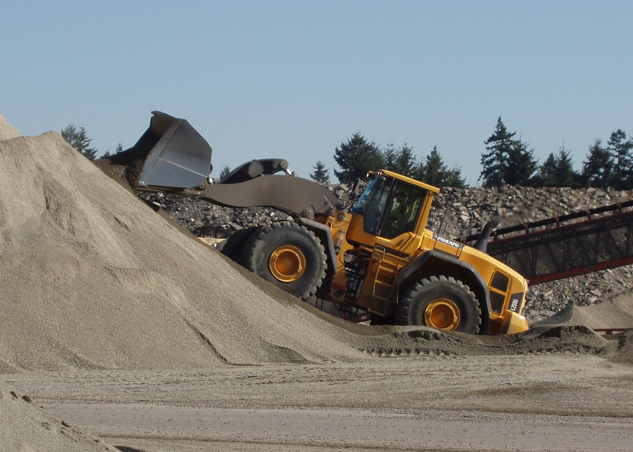 L250G working with sand and gravel in a Washington pit