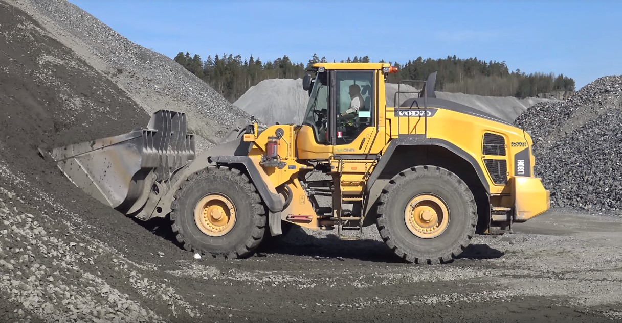L180H moving sand & gravel in a western Washington quarry