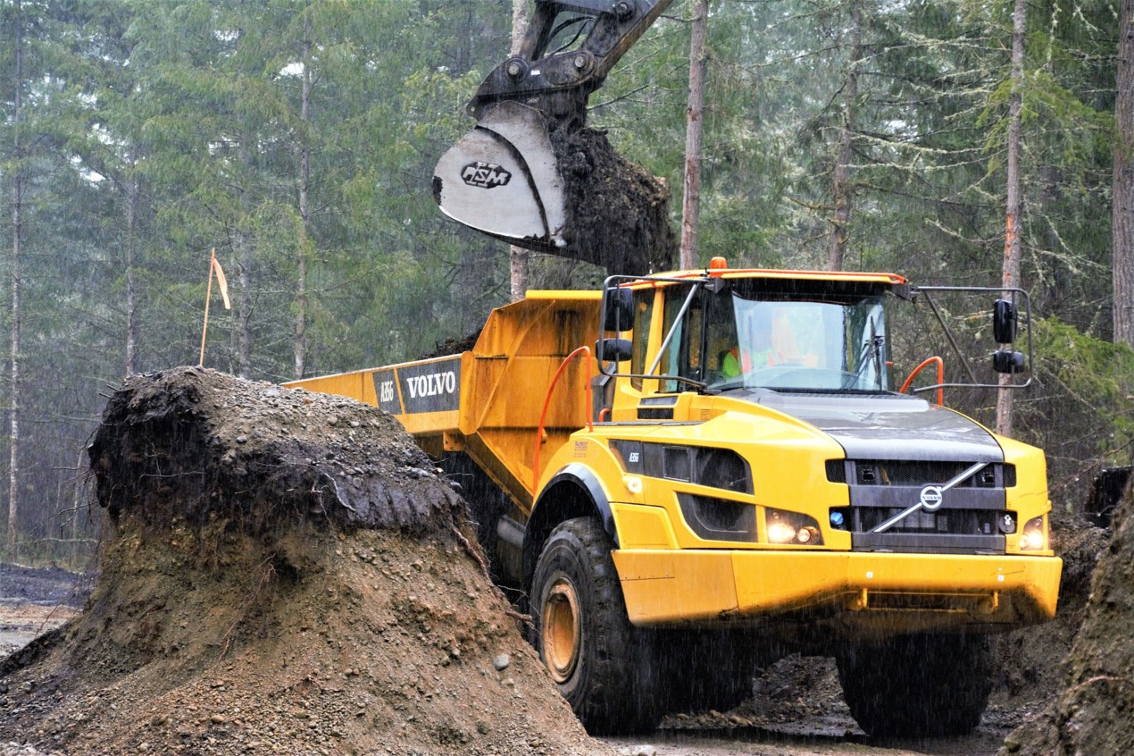 Stopping by for a refill, the Volvo A35G isn't bogged down by rainy conditions