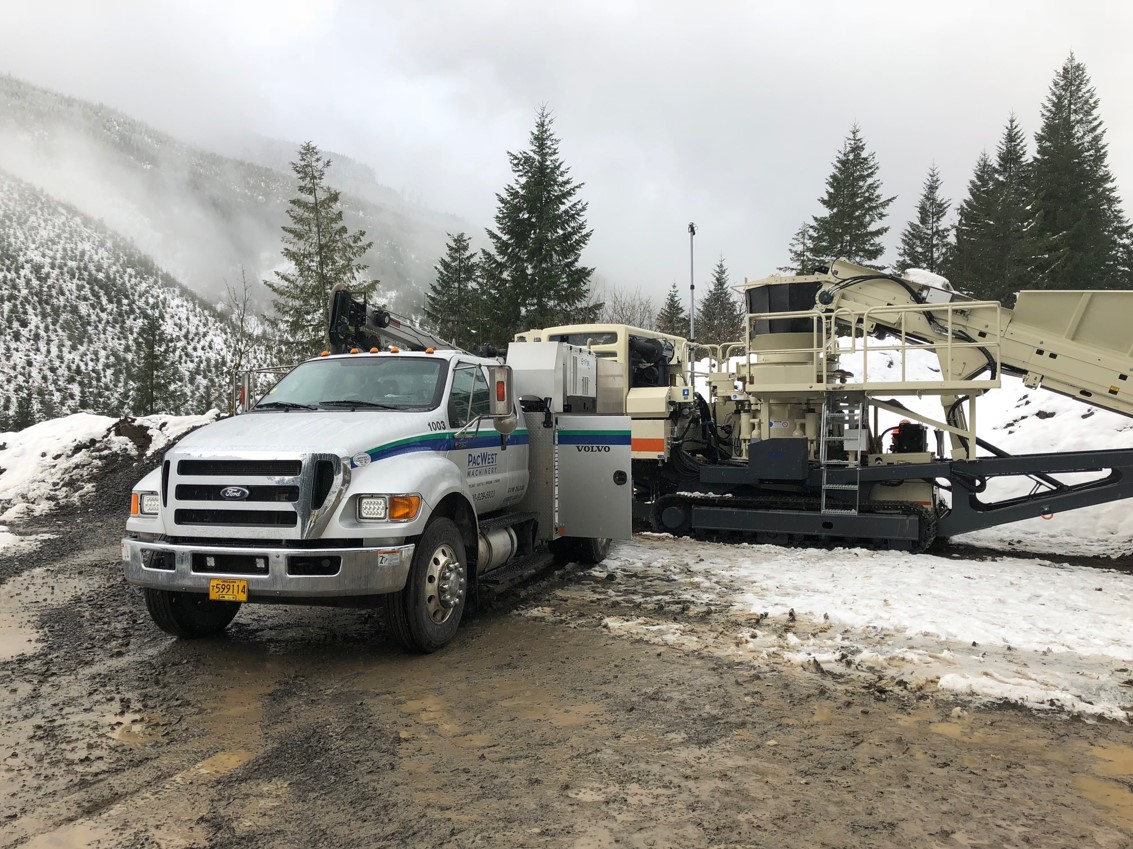 A Metso Lokotrack crusher working in snowy conditions in Oregon