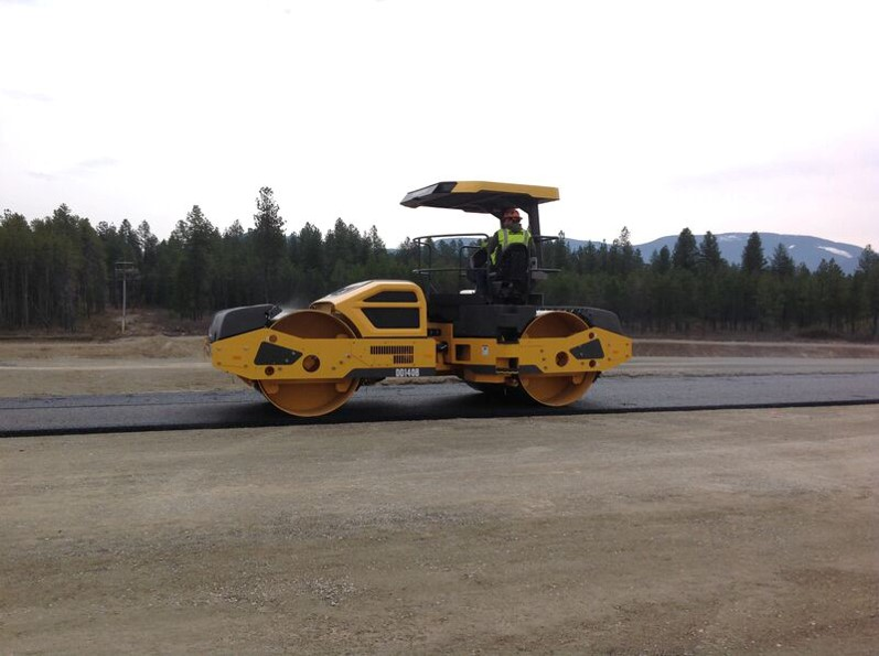 A DD140B utilizing its dual vibrating drums to compact fresh asphalt