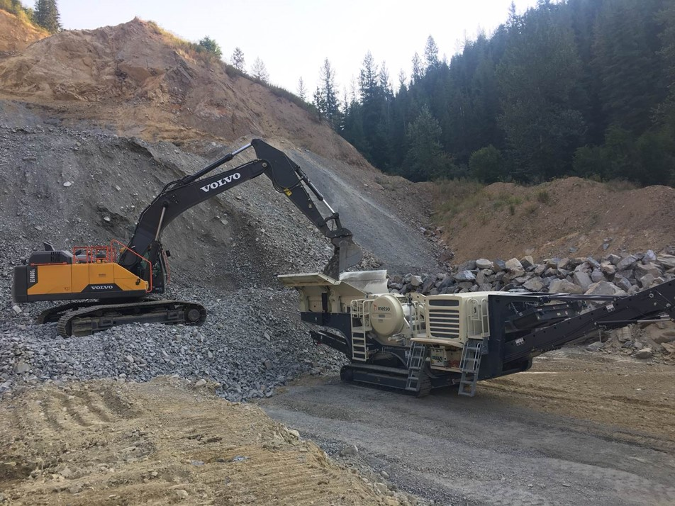 An EC480EL feeding the hopper of a tracked Metso LT106 crushing plant in northern Idaho